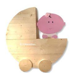 Steigerhouten geboortebord / wieg met baby! De baby is gemaakt van MDF-hout, behandeld met grondverf, geschilderd op kleur en zit bevestigd aan de steigerhouten wieg.