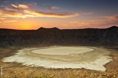 Aloabh nozzle (locally: Mqlatmah) deep hole in the ground a circular diameter of 3 km and a depth of 380 meters. Located just 30 kilometers from the northern village of Omaledum in Taif, Saudi Arabia. Coat the center of the crater a white layer of salt,