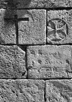 Cruz latina y cruz templaria con inscripciones de nombre y marcas de cantero.