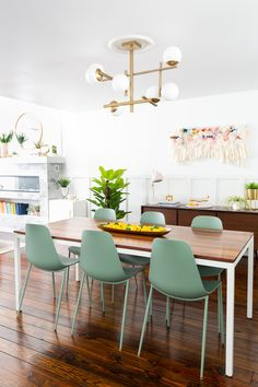 Take a look into the newly made-over modern dining room of Ashley from Sugar & Cloth. Find contemporary and mid century decor ideas for tables, chairs, bar carts, decor, and more! #modern, midcentury,contemporary, diningroom