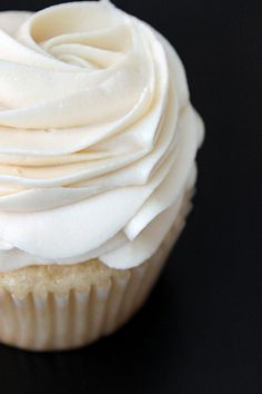 White chocolate cupcake and Silky White Chocolate Buttercream Frosting! Cupcake Recipes, Baking Recipes, Cupcake Cakes, Dessert Recipes, White Chocolate Buttercream Frosting, Vanilla Buttercream, Crisco Frosting, Buttercream Recipe, Chocolate Icing
