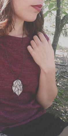 Mira este artículo en mi tienda de Etsy: https://www.etsy.com/listing/253452945/haunted-purple-and-green-leaf-necklace