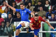 Italy's midfielder Mattia De Sciglio (L) fights for the ball with Spain's defender Dani Carvajal during the WC 2018 football qualification match between Italy and Spain on October 6, 2016 at the Juventus stadium in Turin / AFP / GIUSEPPE CACACE