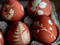 botanical eggs: press leaves, wrap in pantyhose, boil with onion skins holidays Easter Crafts, Holiday Crafts, Holiday Fun, Holiday Decor, Easter Egg Dye, Arts And Crafts, Diy Crafts, Egg Art, Egg Decorating