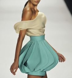 Sculpture in Fashion, lovely manipulated fabric skirt on the catwalk