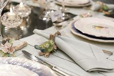 Guardanapos em linho verde-oliva na Ponto e Linho e porta-guardanapos da Vestindo a Mesa com pássaros e flores de cerejeira pintados à mão!