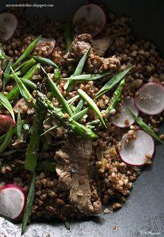 Stir-fry z wołowiną, szparagami i kaszą gryczaną
