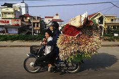 Non potete immaginare quante e quali cose trasportano in moto in Vietnam. Le foto di Hans Kemp. #photography