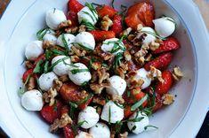 Aardbeien Caprese Salade; Mozzerella, Aardbeien, Balsamico azijn, Walnoten en Basilicum..