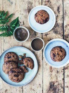 Åh, findes der noget bedre end en nybagt cookie? Jeg er i hvert fald helt vild med cookies, og sidder lige nu på mit hjemmekontor, og drømmer om en sprød, nybagt cookie til min kaffe. Jeg har lavet en glutenfri udgave med mørk chokolade og kanel – helt perfekt til en grå og blæsende mandag. …