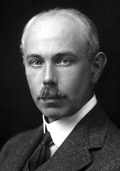 Francis William Aston  fue un físico, químico y profesor universitario inglés galardonado con el premio Nobel de Química por el descubrimiento de un gran número de isótopos no radioactivos mediante un espectógrafo de masas.