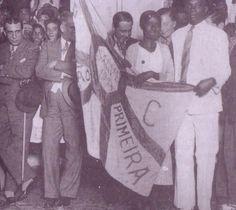 Maçu com a bandeira de 1934 do Bloco Carnavalesco Estação Primeira de Mangueira.