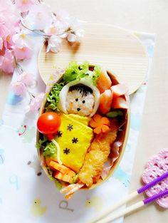 ✿´¨).•.. Share of the day. :) Photos of my daughter's lunch box today, I try to make a baby like her when she was born xxx!  :) . It's unlike anything I've done before, she has Shrimp tempura , Omelette, Kamaboko (a type of cured surimi) and tiny vegetable I put them together. :) . กล่องข้าวยัยหนูวันนี้ค่ะ แม่พยายามทำเป็นรูปเด็กตัวเล็กๆห่อด้วยไข่เจียวและบอกเอแคลร์ว่านี่คือเอแคลร์ตอนเล็กๆ 555 :) อาจจะไม่ค่อยเหมือนนักซึ่งแม่ไม่เคยทำมาก่อน แฮะๆ :) มีกุ้งเทมปุระ ไข่เจียว…