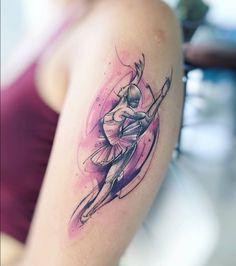Tatuaje de una bailarina de ballet de estilo acuarela en el brazo izquierdo.