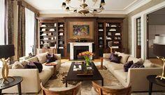 Шторы с ламбрикенами и контрастные  подушки в оформлении интерьера гостиной