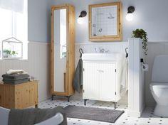 Hoge Spiegelkast Badkamer : Kleine witte badkamer met een bruine hoge kast een spiegelkast en