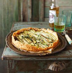 Lämpimänä päivänä lounaaksi riittää pala ruokaisaa piirakkaa, joka viimeistellään oliiviöljyllä ja sitruunatimjamin oksilla.