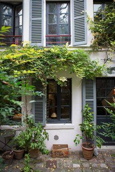 Dénicheuse de trésors, l'antiquaire Marion Held Javal cultive sa passion aux quatre coins de la France et la partage désormais avec les curieux, en leur ouvrant les portes de sa maison-galerie parisienne. Échappée belle au cœur d'un lieu mystérieux où il fait bon vivre.