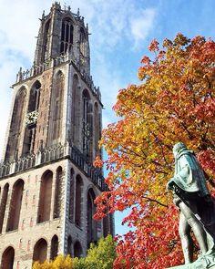 Even statues can't keep their eyes of autumnal beauty  #glp_utrecht #utrecht #030 #glp_utrechtdom #abmlifeiscolorful #autumn #historical #holland #netherlands