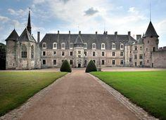 """Le château de la Palice Dire que le château de la Palice, classé Monument Historique, est un des plus remarquables parmi les 500 recensés dans le riche Patrimoine de l'ancienne province du Bourbonnais, n'est pas une """"Lapalissade"""". http://www.auvergne.fr/article/chateau-de-la-palice"""