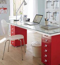 Die klassische Kassettentür dient nach ihrer Aufarbeitung als praktische Schreibtischauflage