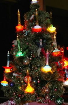 Vintage holiday tree lights Still on the hunt for some of these that won't burn the house down.might have to get a retro set to be safe. Old Fashioned Christmas, Antique Christmas, Christmas Past, Vintage Christmas Ornaments, Holiday Tree, Retro Christmas, Christmas Images, Vintage Holiday, Christmas Holidays