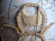 --dead link but picture gives idea Needle Tatting, Needle Lace, Bobbin Lace, Freeform Crochet, Crochet Motif, Crochet Lace, Macrame Patterns, Lace Patterns, Crochet Patterns