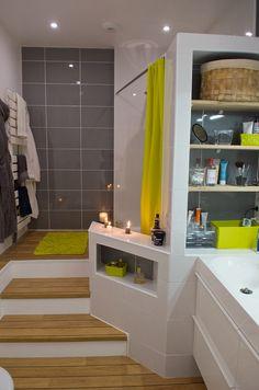 Pour un gain d'espace dans la salle de bain, une estrade avec rangement dans les marches + étagères