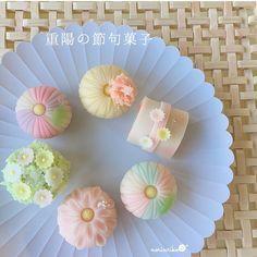 いいね!313件、コメント1件 ― Shingetsu_Norikoさん(@norinriko)のInstagramアカウント: 「❁重陽の節句菓子❁ ・ こんにちは⑅◡̈*. ・ 9月9日は、五節句のひとつ「重陽の節句」です。 ・ 菊を用いて不老不死を願う事から、「菊の節句」とも言われています。 ・ ・…」 Japanese Wagashi, Japanese Sweets, Japanese Food, Creative Desserts, Gourmet Desserts, Mochi, Dessert Chef, Chocolates, Homemade Sushi