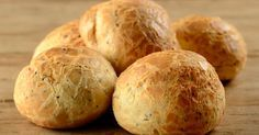 Bom dia!! Todo mundo ama pão de queijo, não é?! Comer ele quentinho no café da manhã é a melhor coisa. Porém, infelizmente ele é o terror das dietas alheias. Pensando nisso, resolvi colocar uma receita aqui, de pão de queijo de ricota com chia, para comermos algo mais leve e saudável. Confiram! Ingredientes - 2 colheres de sopa de creme de ricota - 1 xícara de chá de polvilho azedo - 1/2 xícara de ricota - 1 pote de iogurte grego - 1 colher de sopa de chia