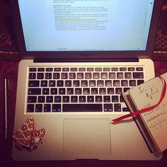 A két ünnep közt a munka is jobban megy.  Új cikk hamarosan . . . . . . #mindsetpszichologia #ujcikk #pszichológia #siker #journalism #afterchristmas #gingerbread #notebook #macbook #notes #parker #paperblanks #anyavagyok #anyadolgozik #agyerekmellett #mompreneur #psychology #success #instahun #mik