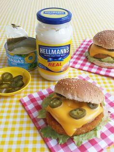 festival hawaï burger - kipburger, ananas, cheddar, jalapeñopepers + kerriesaus van Hellmann's, kerriepoeder & ananassap
