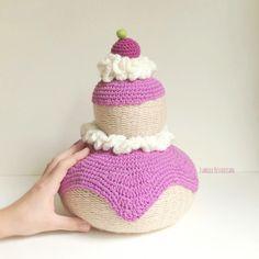 Isabelle Kessedjian: Religieuse au tricotin géant.