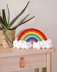Diy Home Crafts, Fun Crafts, Crafts For Kids, Arts And Crafts, Macrame Wall Hanging Diy, Macrame Art, Rainbow Decorations, Macrame Design, Diy Hair Accessories