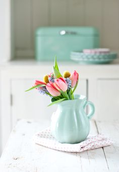 decorate with tulips great deco ideas a floral arrangement pink tulips lilac hyacinths sky blue vase Source by Miffylover Turquoise Cottage, Fresh Flowers, Spring Flowers, Beautiful Flowers, Minty House, Pochette Rose, Color Menta, Vibeke Design, Tulips