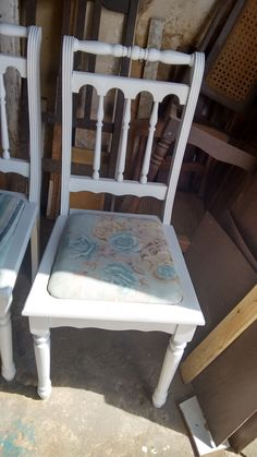 Cadeira provençal restaurada. Palhinha substituída por estofado com estampa floral.