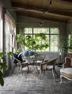 Fönster och dörrar i orangeriet är inköpta från rivningshus i Danmark. Orangeriet är sedan ritat och byggt utifrån dessa. Möbler och krukor är ett hopplock av auktionsinrop och en del egen design, eller »sammansamplade« av andra delar.