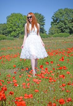white lace summer dress in field of poppies Redhead Fashion, White Lace, White Dress, Minimal Look, Field Of Dreams, I Dress, Pretty Dresses, Retro Fashion, Poppies