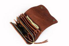 アコーディオン形状のコンパクトウォレットです。 カードとお札を入れていただけるポケットと開口部が大きく開くファスナーポケット式のコインケースが付いたデザインとなっています。