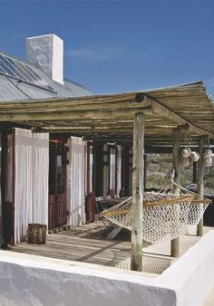 Cannisses et hamacs pour terrasse à l'ombre. Plus de photos sur Côté Maison http://petitlien.fr/7fck