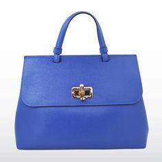 Voici la version en cuir bleu. Couleur très tendance cette année. Dispo sur www.mavieenstrass.com