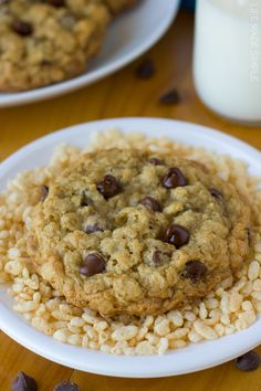 Giant oatmeal cookies loaded with rice cereal and chocolate chips. These crispy crunchy oatmeal cookies are hard to resist! Cookies With Rice Krispies, Rice Cookies, Cereal Cookies, Cereal Treats, Bar Cookies, Cookie Desserts, Cookie Recipes, Oatmeal Chocolate Chip Cookies, Chocolate Chips