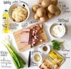 Sauerkraut Kartoffeltopf mit Leberkäse... 1 EL Olivenöl in einer Pfanne erhitzen. Die Leberkäsewürfel darin kross braten. Herausnehmen und warm stellen. Die Zwiebelsuppe in 750 ml Wasser erhitzen, Sauerkraut und Kartoffelwürfel hinzugeben. 2 geh. EL Instant Brühe unterrühren. Alles 30 Minuten zugedeckt mittlere Hitze köcheln. Schmand einrühren und noch einmal kurz aufkochen. Pfeffern und mit der klein gehackten Petersilie und Frühlingszwiebeln servieren.