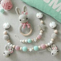 So süß für kleine Mädels ! Die neue Trendkombi mit mint und rosa schreit so richtig nach Frühling und Sonne! . Wünsche euch allen einen tollen Start ins verlängerte Wochenende. Ich geh dann am WE mal arbeiten . Logisch - das Wetter soll ja schön werden . . @valinka7malinka #häkeln #crochet #crochetlove #baby2017 #teamrosa #baby #rassel #kinderwagenkette #schnullerkette #mint #rosa #grau #handarbeit #handmade #geschenkzurgeburt #tina_empunkt