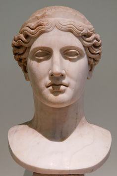Hera Farnese. Es un tipo de escultura de Hera. Su principal ejemplo es 63 cm de alto copia en mármol romano del siglo primero dC de un original griego de la segunda mitad del siglo quinto a.C. Era parte de una estatua colosa, muestra a la diosa con una raya central y llevando una diadema.