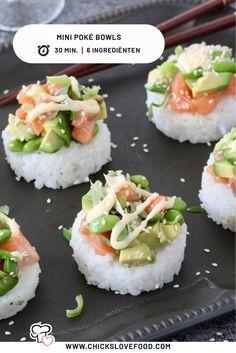 Zin in gemakkelijke mini poké bowls met zalm, edamame, avocado, bosui en sesamzaadjes? Met dit recept staan ze al binnen 30 minuten op tafel én heb je een hele lekkere originele borrelhap! Edamame, Dessert Sushi, Healthy Snacks, Healthy Recipes, Homemade Sushi, Poke Bowl, Snacks Für Party, Mets, Asian Recipes