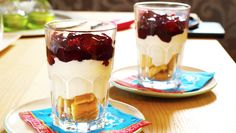 Twee glazen met lange vingers, Griekse yoghurt en daarbovenop kersenvulling
