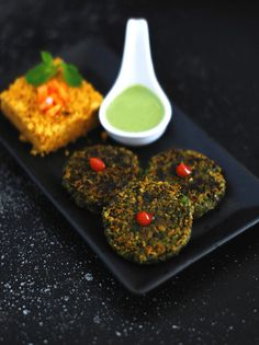How to make Hara Bhara Kabab - recipe with step by step pictures. A simple and healthy Indian, veg kabab made with spinach, peas and dal Veg Appetizers, Easy Appetizer Recipes, Appetiser Recipes, Veg Recipes, Indian Food Recipes, Vegetarian Recipes, Indian Foods, Ethnic Recipes, Green Smoothie Recipes