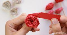 Hacer rosas de papel es muy fácil. ¡De verdad! Tan solo necesitamos una tira de papel e ir enrollando. ¡Fijaos!