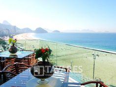 O terceiro pavimento é composto de amplo terraço aberto com piscina, churrasqueira e sauna. #RioDeJaneiro #Copacabana #ImoveisDeLuxo